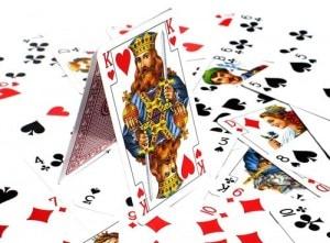 Jeu de soirée avec des cartes : la pyramide infernale